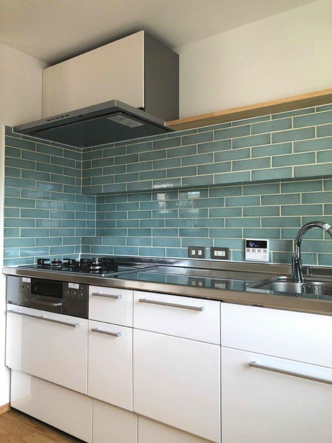 青いタイルのキッチンの家9