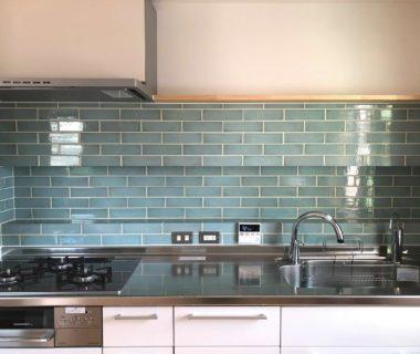 青いタイルのキッチンの家
