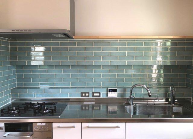 岡山市中区青いタイルのキッチンの家
